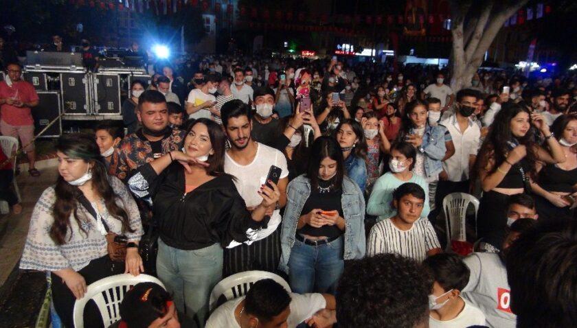İki bin kişinin katıldığı Murat Dalkılıç konserinde korona unutuldu