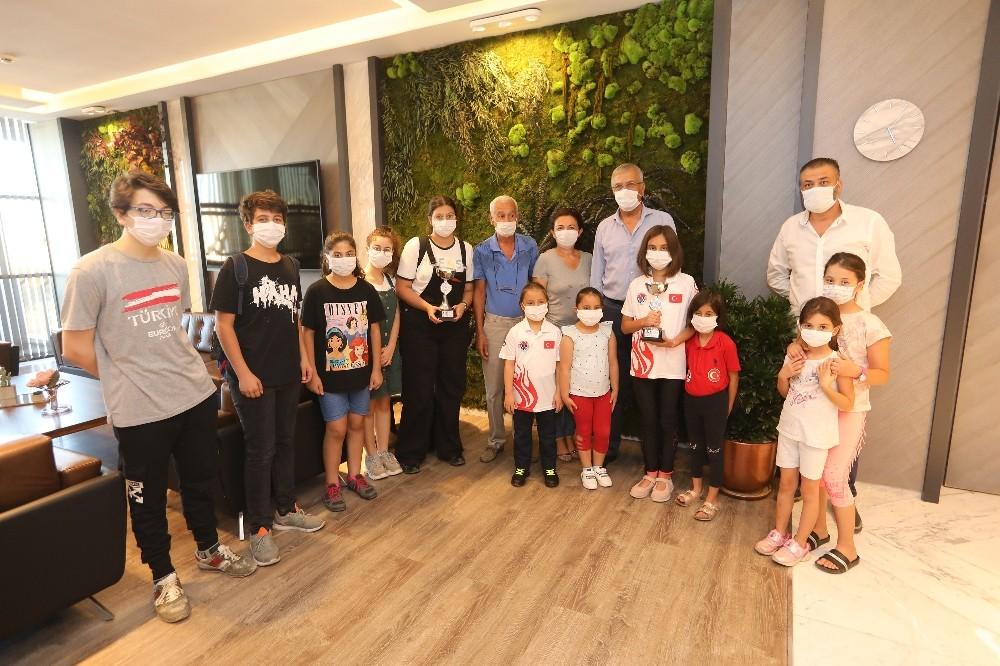 Küçük satranççılar madalya sevincini Başkan Tarhan'la paylaştı