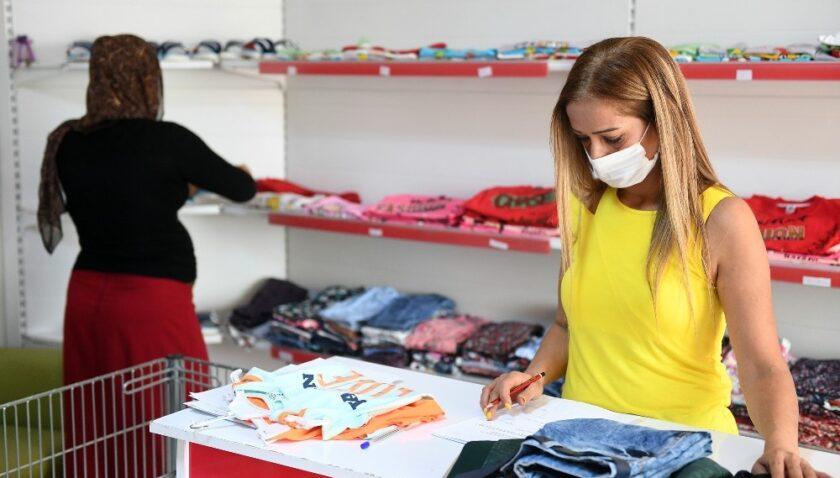 """Mersin'de """"kıyafet evinden"""" bin 500 aile faydalandı"""