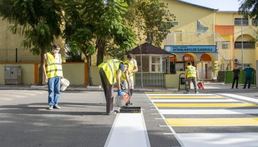 Yaya çizgileri yenileniyor, okul önlerine uyarı levhaları yerleştiriliyor