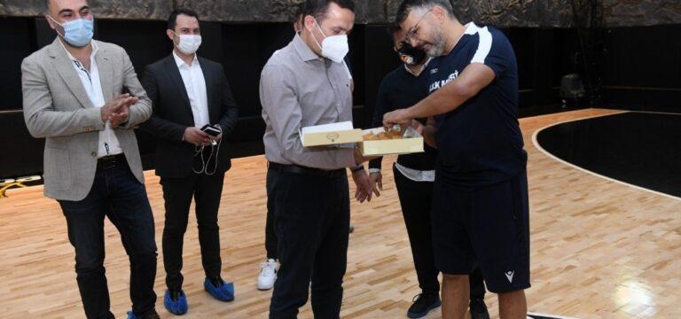 Başkan Özyiğit'ten ÇBK Yenişehir oyuncularına tatlı ikramı