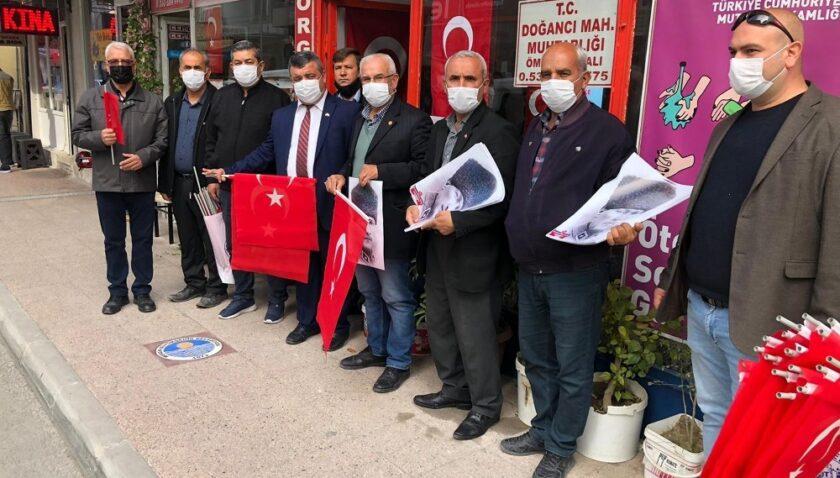 Mut'ta Türk bayrağı ve Atatürk posteri dağıtıldı