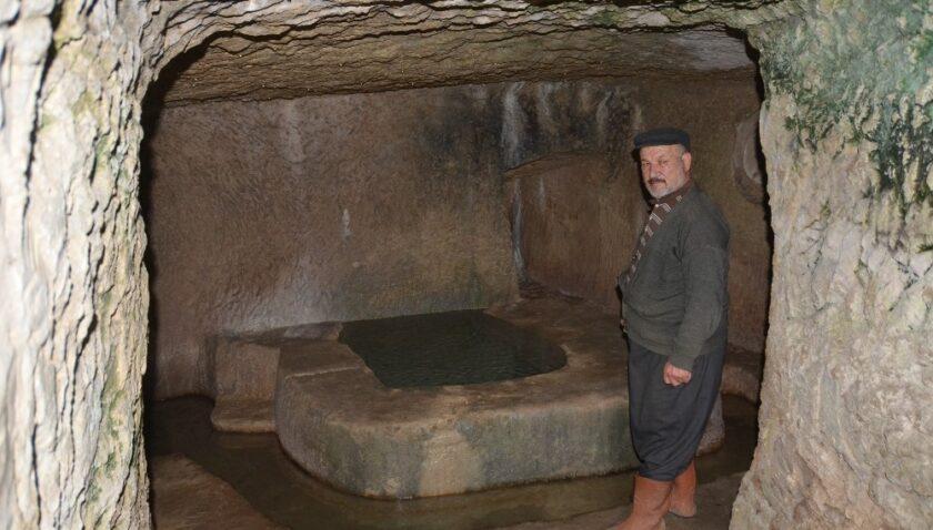 30 yıldır mağarada yaşıyor