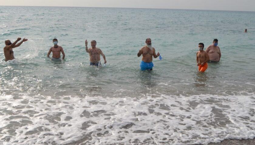 Mersin'de doğasever grup, kış ortasında denize girme etkinliği düzenledi