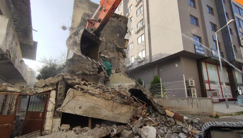Mersin'de 3 katlı metruk bina kontrollü şekilde yıkıldı