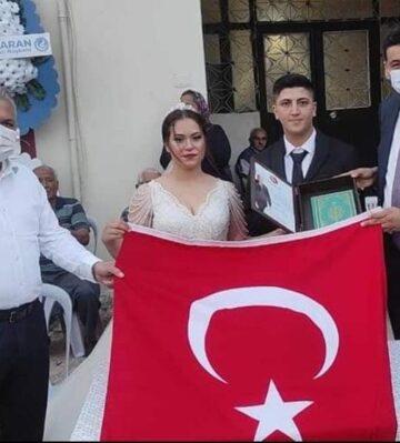 Yuva kuran çiftlere Türk bayrağı ve Kur'an-ı Kerim