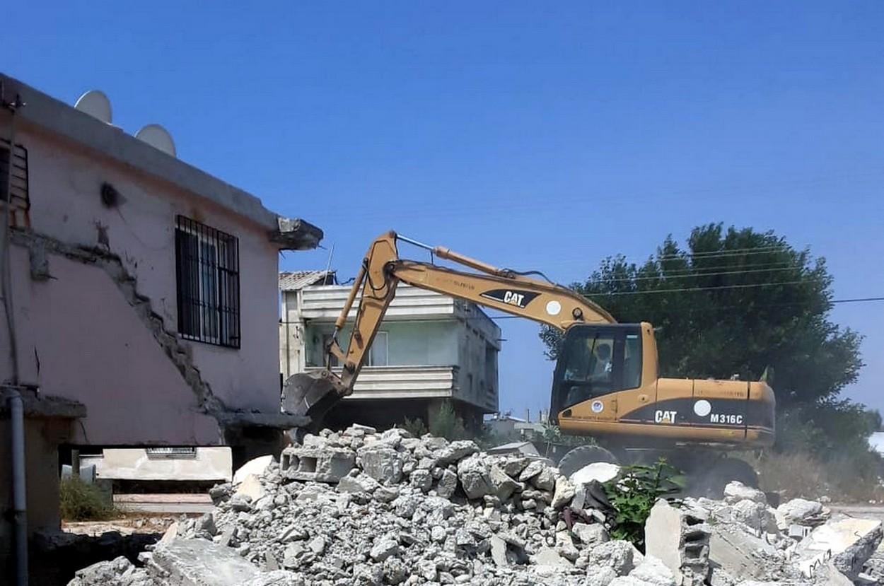 Akdeniz ilçesinde bir metruk bina daha yıkıldı