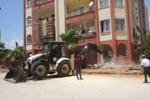 Mezitli'de binalardaki kaçak bölümler belediye ekiplerince yıkıldı